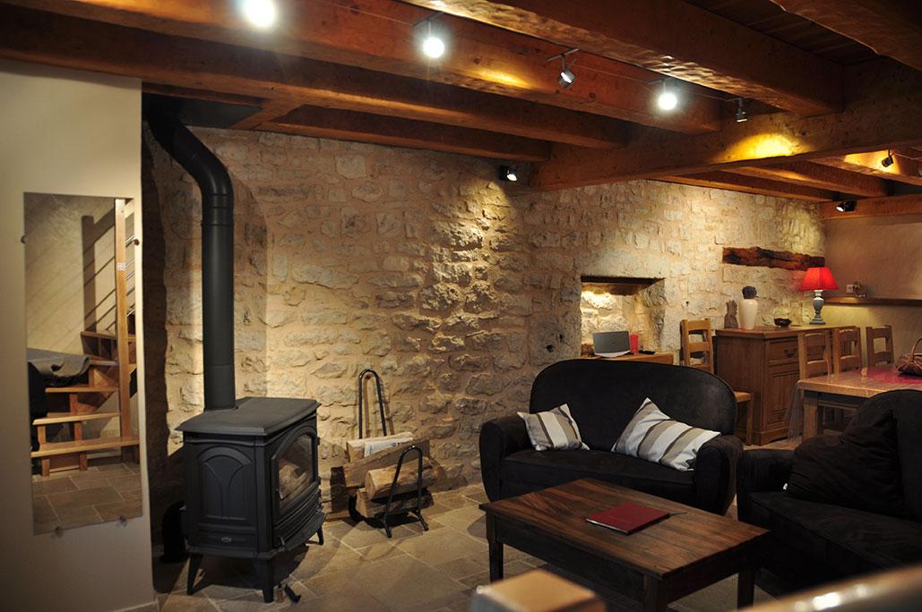 Le salon avec le poêle à bois